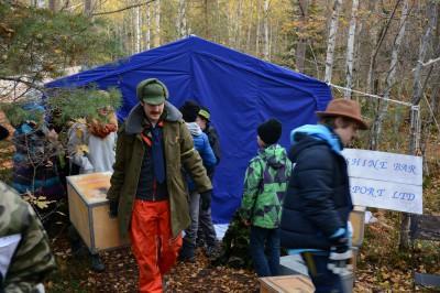 Ute i skogen pågick suspekt verksamhet. Fanns det inte också en lönnkrog därinne.